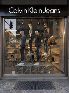 Clothing Store Displays, Clothing Store Design, Store Window Displays, Denim Display, Visual Merchandising Fashion, Fashion Retail Interior, Boutique Decor, Retail Store Design, Showcase Design