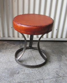Leather top stool made from bicycle rims! Metal Furniture, Industrial Furniture, Industrial Lamps, Bicycle Rims, Bike, Bistro Chairs, Antique Market, Bar Stools, Antiques