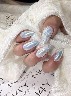Gele negle med gel polish i en flot lys blå. Der er stampet og dekoreret med sculpture gele. Kom på negle kursus og lær at lav flotte negle