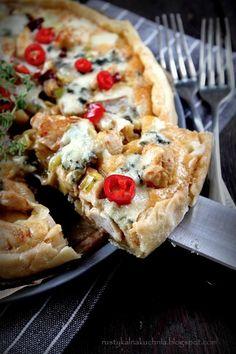 Cudownie aromatyczna i pikantna tarta z kurczakiem, porem i papryczkami piri piri (African Birds Eye Chili) oraz serem pleśniowym. Uprzedz...