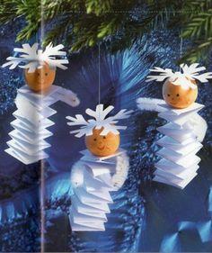 Schattige engeltjes van papier en een houten kraal; leuk voor in de kerstboom.