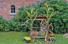 Gartentipps: Gartendekoration einfach mal selbst machen! Gartendeko sieht wunderschön aus und muss überhaupt nicht teuer sein. Lassen Sie Ihrer Fantasie einfach freien Lauf!  Werfen diese alte Schubkarre auf keinen Fall weg!! Nutzen Sie sie zur Gartendeko! Rost abschmirgeln, bunt anstreichen, mit Erde füllen und mit Blumen bepflanzen.  Gartenmöbel dürfen ruhig auch vom Sperrmüll sein! Holz wird ebenfalls abgeschliffen/abgeschmirgelt