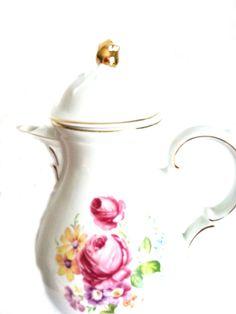 Traumhafte Kaffeekanne mit Blumendekor, wunderbar erhalten, so gut wie keine Gebrauchsspuren mit Goldrand. Verschenken Sie dieses Traum längst vergangener Zeit. Best.-Nr.RGE1011