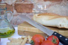 Desayuna con energía. Pan, aceite y tomate para empezar bien el día. Con el cuchillo de pan de Arcos y nuestra tabla de cortar con compartimento.