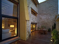 Terraza con grandes muros de piedra