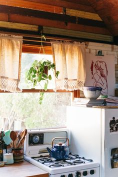 One room cabins - 10 (Surprising and Inexpensive!) Ways to Improve Your Dated Kitchen – One room cabins Cozy Cabin, Cozy House, One Room Cabins, Small Room Design, Cabin Interiors, Old Kitchen, Kitchen Small, Vintage Kitchen, Tiny Living