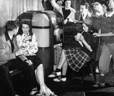 Vintage teenagers hanging out around the jukebox. #vintage #1940s #teenagers #nostalgia