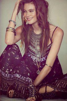 ╰☆╮Boho chic bohemian boho style hippy hippie chic bohème vibe gypsy fashion indie folk the . Hippie Look, Look Boho, Mode Hippie, Bohemian Mode, Bohemian Style, Bohemian Fashion, Modern Gypsy Fashion, Modern Hippie Style, Hippie Bohemian