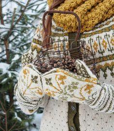 """Tusen takk for alle tilbakemeldinger på disse vakre strikkeplaggene 💛Som mange vet er det ikke jeg som strikker men det er min fantastiske svigermor som tryller fram de vakreste ting med strikkepinnene. Jeg står oftest for fargevalgene og er veldig glad i fargene nettopp her. Vottene er strikket på mønster fra boka """"Norske votter og vanter."""" Liljevotter""""heter denne modellen. Kofta heter Vemekofta og mønster finnes i """"Kofteboken 1.Halsen her er fra H&M😊Fiiiin kveld der ute 💛  #kofteboken…"""