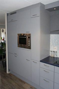 kunststof keukenkastjes en de vaste delen ná het opnieuw verven en spuiten