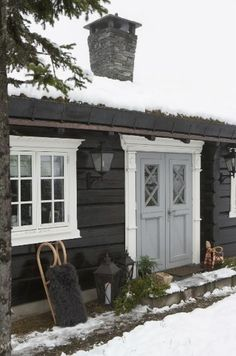 This feels like a fairytale cottage. Home exterior inspiration House Design, House Painting, House Colors, Cottage Inspiration, Log Homes, Cottage, Norwegian House, Cabins And Cottages, House Exterior