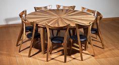 פינת אוכל עגולה נפתחת הכוללת: שולחן אוכל עגול מעץ אגוז אפריקאי העשוי משולשי עץ מותאמים היוצרים מראה מאוד מיוחד לשולחן ושמונה כסאות מעוצבים מעץ אגוז אפריקאי