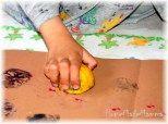 TIMBRI NATURALI PER GIOCARE CON L'ARTE E LA FANTASIA:   E' importante che un bambino dell'eta di PF sappia esattamente cosa sia una cosa/oggetto nella realtà (una mela è una mela: un frutto fatto in un determinato modo, di determinati colori, commestibile…), ritengo però fondamentale che questo non comporti che si perda quella visione a 360° che porta anche a vedere la mela per qualcosa d'altro da quello che è; cosa che pemette di poterla utilizzare come più gli pare e piace.