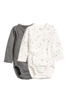 H&M Long-sleeved Bodysuits - Dark gray/stars - Kids Cute Baby Boy Outfits, Girl Outfits, H&m Fashion, Fashion Online, Bodies, Little Boy Fashion, Coton Bio, Baby Winter, Long Sleeve Bodysuit