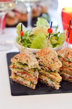 club sandwich au homard de Dessirier : monté sur 3 étages avec du homard breton, frais, cuit et assaisonné d'une mayonnaise au jus de. crustacé, légumes croquants