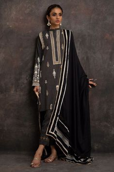 Buy online Basic pret collection of Nida Azwer that have the most amazing and elegant designs. Improve your wardrobe with our basic pret collection Pakistani Formal Dresses, Pakistani Dress Design, Pakistani Outfits, Indian Outfits, Indian Dresses, Indian Attire, Indian Ethnic Wear, Simple Dresses, Casual Dresses