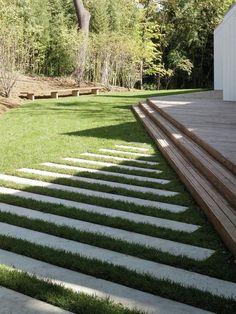 Caminos de piedra y césped.  #Gardens #Ideas: