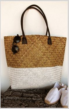 ~ Living a Beautiful Life ~ 15 Fantastic DIY Beach Bags! Straw Tote, Summer Accessories, Summer Bags, Handmade Bags, Purses And Bags, Reusable Tote Bags, Shoe Bag, Beach Bags, Dip Dye