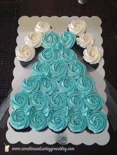 How to Make a Frozen Cupcake Cake (Frozen Cake Ideas) Frozen Birthday Cupcakes, Frozen Cupcake Cake, Olaf Cupcakes, Pull Apart Cupcake Cake, Pull Apart Cake, Frozen Themed Birthday Party, Frozen Birthday Party, Cupcake Party, 3rd Birthday Parties