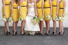 El amarillo es un color idóneo para tus damas de honor con vestidos a juego.