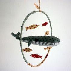 Adorable dans une chambre de bébé, le mobile baleine et petits poissons à faire soit même en DIY