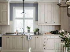 platsbyggt lantkök med pärlspont och skomakarlampa Kitchen Dining, Kitchen Cabinets, Kitchen Interior, Home Kitchens, Tiny Kitchens, Interior Inspiration, Living Room Designs, Kitchen Remodel, Sweet Home