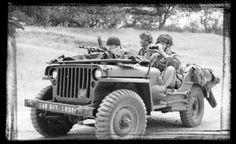 Paratroopers in een Jeep in de buurt van Oosterbeek.