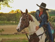 Ideas bridal pictures with horses cowboy boots for 2019 Foto Cowgirl, Estilo Cowgirl, Cowgirl And Horse, Cowgirl Boots, Bridal Shower Prizes, Rustic Bridal Shower Invitations, Bridal Shower Rustic, Cowgirl Pictures, Pictures With Horses