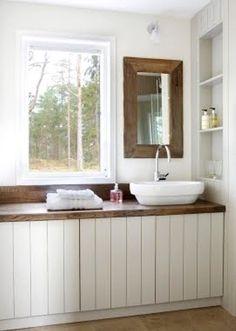 Mooi ruim badkamermeubel over de hele wand met open inbouwkast in de muur.