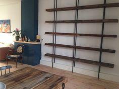 Boekenkast warmgewalst staal gecombineerd met oud fabriek hout (Patrick Bastiaanse)