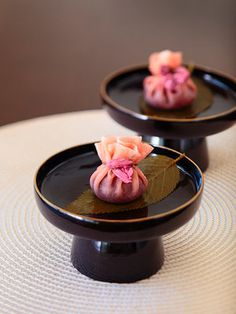 Sakura-mochi, Japanese sweets Cherry-flavored rice paper around sweet bean paste Japanese Sweets, Japanese Wagashi, Japanese Food Art, Gourmet Recipes, Dessert Recipes, Cooking Recipes, Sakura Mochi, Asian Desserts, Confectionery
