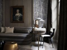Dans le bureau, qui sert de chambre pour les invités, le chêne et la toile de lin avec imprimé d'inspiration écorce donnent à la pièce une atmosphère minérale. Le bureau de Jacques Adnet, en chêne et parchemin, a été acquis lors d'une vente chez Christie's. On s'y assied sur une chaise de Gio Ponti de 1955, trouvé à Milan.