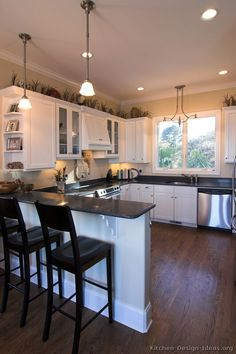 Traditional White Kitchen Cabinets #11 (Kitchen-Design-Ideas.org) ***LIKE THE 2 CHAIRS AND COUNTER