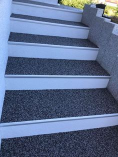 Stone carpet staircase / example - A stone carpet staircase is always a good investment. Because it just looks super nice, comfor - Amazing Gardens, Beautiful Gardens, Outdoor Paving, Carpet Staircase, Balcony Garden, Garden Floor, Stone Flooring, Diy Garden Decor, Stairways