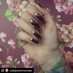 Champagne Kiss wpadł w oko również @redlipstickmonster ✨ Nie możemy się doczekać tutorialu! #neonail #neonailpoland #instanails #nailove #hybrydy #manicurehybrydowy #paznokciehybrydowe #lakieryhybrydowe #nails #champagnekiss