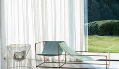Kleines Wohnzimmer einrichten: Lichtdurchlässige Gardinen verwenden. Noch mehr Ideen auf http://www.gofeminin.de/wohnen/kleines-wohnzimmer-einrichten-s1490916.html