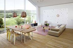 Eine Inspiration aus dem Flagshipstore von Vitra, dem VitraHaus auf dem Vitra Campus in Weil am Rhein:  Der offene Wohnraum mit einer Wohn-Esssituation folgt einer klaren Symmetrie und es dominieren frische Farben wie Weiss, Gelb, Pink und Grün. Die Zusammenstellung zeigt auf, wie passend sich die Klassiker und zeitgenössischen Entwürfe von Vitra kombinieren lassen.