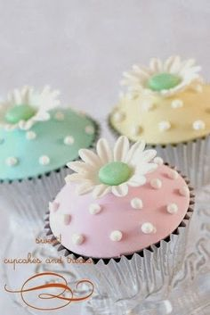simple and sweet flower cupcakes pastel Cupcakes Bonitos, Cupcakes Lindos, Cupcakes Flores, Pastel Cupcakes, Spring Cupcakes, Cupcakes Decorados, Pretty Cupcakes, Beautiful Cupcakes, Yummy Cupcakes