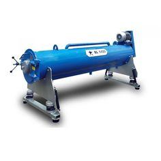 Durulama ve sıkma makineleri, halı yıkama sektörünün en temel makinelerinden biridir. İster otomatik halı yıkama sistemi ile çalışın ister manuel makinelerle halı yıkayın, halı sıkma makinesine her durumda ihtiyacınız vardır. Halı sıkma makineleri genel olarak, yıkamadan çıkan halıları tambur şeklindeki gövdesiyle büyük bir hızda çevirerek suyundan arındırma işlemi yapar. Aynı zamanda temiz su girişi ile durulama işlemi de yapabilir.   Halı Sıkma Makinası Nasıl Kullanılır?   Halı durulama ve…