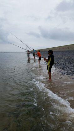 Zeebaars vissen op de dijk!
