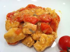 Ingredienti per 4 persone. 400 gr. di fettine sottili di pollo 7 o 8 pomodorini olive taggiasche 1/2 bicchiere di vino bianco origano olio sale pepe Tagliate le fettine di pollo a pezzetti. In un c...