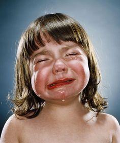 trabajo del fotógrafo Jill Greenberg, esta es una de las fotos de casi 30 que hay, de niños llorando...increíble las expresiones y lo que transmiten al verlas...