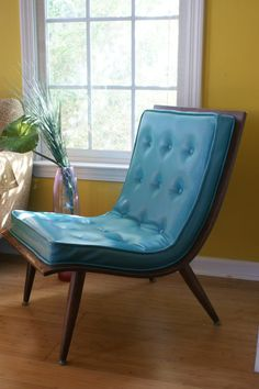 Amazing 40 Mid-Century Chairs To Get Inspired : 40 Mid Century Chairs With Blue Leather Chair Design And Wooden Floor And Big Window Blue Leather Chair, Vintage Leather Sofa, Black Leather Sofas, Teal Chair, Sofa Deals, Ideas Prácticas, Sofa Price, Couch Set, Bent Wood