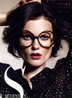 Anna L.  modeling a Seventies inspired look for Maxi Magazine #beauty #specs