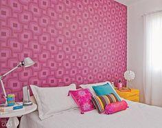 O papel de parede foi a base para escolher os demais elementos coloridos deste quarto projetado pela arquiteta Juliana Savelli: tons de rosa e amarelo trazem alegria ao branco. Foram utilizados três rolos da coleção Grafismo, linha Azulejo, ref. 1863, da Bobinex.