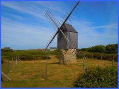 Ouessant - Finistère Bretagne  Petit moulin pivot ou chandelier, le moulin de Caraës est le seul survivant sur l'Ile. Avant 1914, l'île comptait 60 moulins. Les 9 grands moulins de Ouessant ont laissé peu à peu leur place à ces petits moulins qui ont disparu à leur tour. L'abandon de la culture de l'orge sur l'île en est la cause.