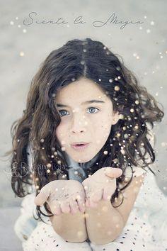 Sesión de fotos para invitación de comunión. Niña de ojos azules soplando purpurina brillante. Magia. Winter Photos, Portrait Poses, Winter Kids, People Art, First Communion, Beautiful Children, Children Photography, Photo Art, Cool Photos