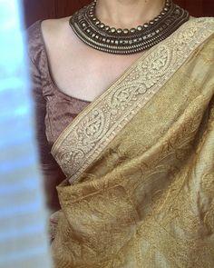 How to wear jewelry ideas outfit style Ideas for 2019 Indian Dresses, Indian Outfits, Saree Jewellery, Trendy Sarees, Simple Sarees, Saree Blouse Neck Designs, Sari Dress, Ethnic Sarees, Saree Look
