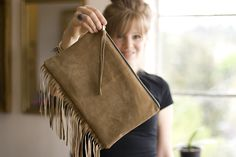 """When I first saw this I thought it said """"fridge"""" clutch, not fringe clutch. Which gave me the idea that I could use a clutch, put magnets on it and use it for coupons, etc that I want to grab going out the door! Fringe Purse, Fringe Bags, Diy Handbag, Diy Purse, Do It Yourself Fashion, Purse Tutorial, Leather Fringe, Leather Pouch, Bag Making"""