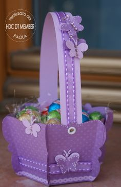 Ciao a tutte, Pasqua è ormai alle porte...non poteva essercioccasione migliore per realizzare dei cestini dove mettere delle uova di ciocco...